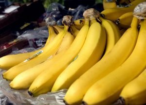 close-up-view-of-a-number-of-ripe-bananas-on-market-725x522